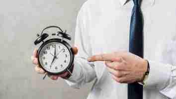 jumlah jam kerja karyawan indonesia setahun